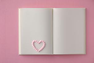 白紙の本とハート形の錠剤の写真素材 [FYI01612343]