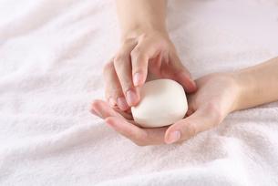 石鹸を持つ女性の写真素材 [FYI01612388]