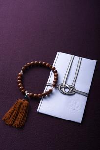 数珠と香典袋の写真素材 [FYI01612408]
