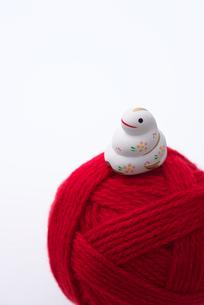 干支の置物と毛糸の写真素材 [FYI01612433]