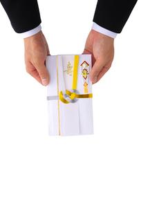 祝儀袋を持つ男性の写真素材 [FYI01612434]