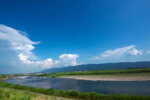耳納連山を背景に筑後川の写真素材 [FYI01612441]