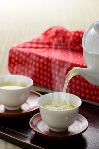 日本茶と風呂敷の写真素材 [FYI01612461]