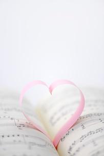 ハートと楽譜の写真素材 [FYI01612517]