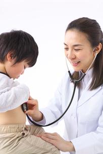 診察をする女医の写真素材 [FYI01612533]