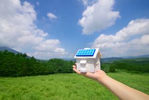 ソーラーパネルとミニチュアハウスの写真素材 [FYI01612541]
