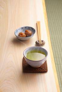 日本茶と梅干しの写真素材 [FYI01612551]