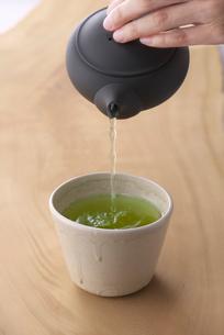お茶を注ぐの写真素材 [FYI01612564]