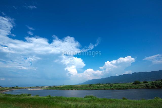 耳納連山を背景に筑後川の写真素材 [FYI01612585]