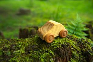 苔の上に置かれた木の車の写真素材 [FYI01612599]