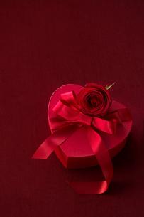 ハートのギフトボックスと薔薇の写真素材 [FYI01612697]