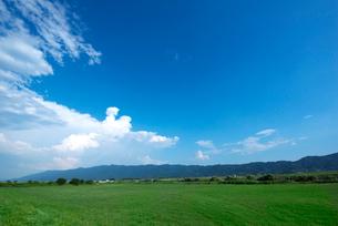 耳納連山と筑後川河川敷の写真素材 [FYI01612794]