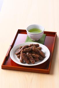カリントウとお茶の写真素材 [FYI01612948]