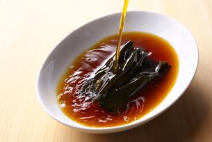昆布に黒酢を注ぐの写真素材 [FYI01612974]