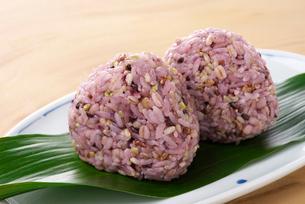 炊きたての雑穀米の写真素材 [FYI01613087]