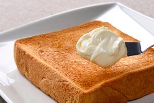 チーズを塗るの写真素材 [FYI01613115]