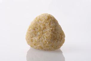 玄米おにぎりの写真素材 [FYI01613138]