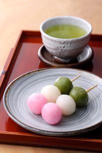 お茶と三色団子の写真素材 [FYI01613173]