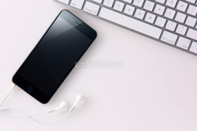 スマートフォンとキーボードの写真素材 [FYI01613180]