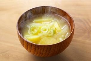 ジャガイモの味噌汁の写真素材 [FYI01613223]