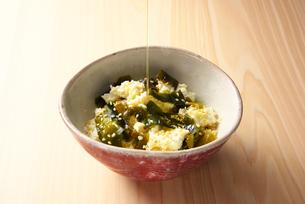豆腐に亜麻仁油をかけるの写真素材 [FYI01613252]