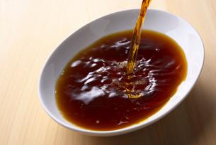 黒酢を注ぐの写真素材 [FYI01613291]