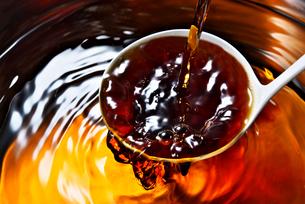 出汁に醤油を加えるの写真素材 [FYI01613314]