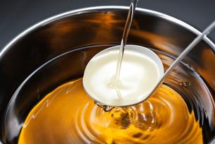出汁に味醂を加えるの写真素材 [FYI01613680]