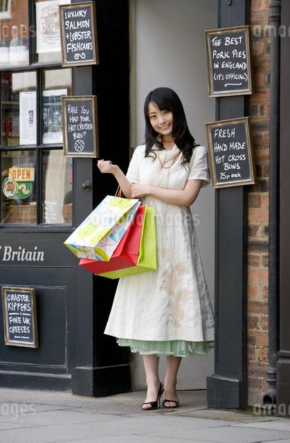 ロンドンの街角に立つ日本人女性の写真素材 [FYI01613701]