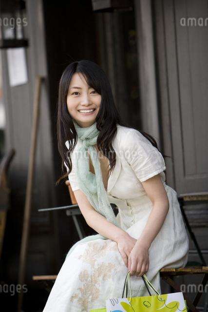 カフェで寛ぐ日本人女性の写真素材 [FYI01613711]