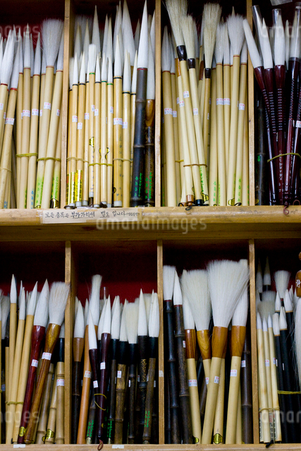 仁寺洞の筆屋の書道用の筆ディスプレーの写真素材 [FYI01613742]