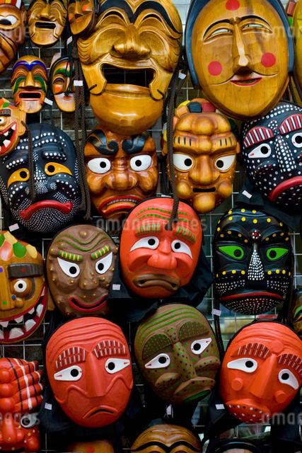 仁寺洞で売られている韓国のお面のお土産の写真素材 [FYI01613744]