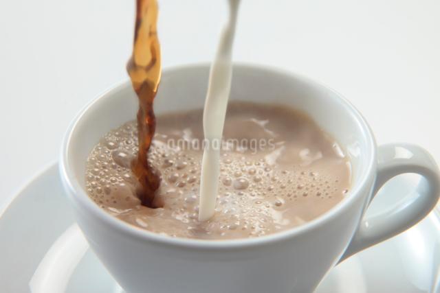 注がれるミルクとコーヒーの写真素材 [FYI01613817]