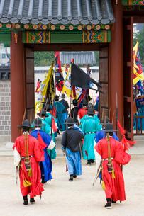 景福宮内での勤政殿の衛兵交替式の写真素材 [FYI01613850]