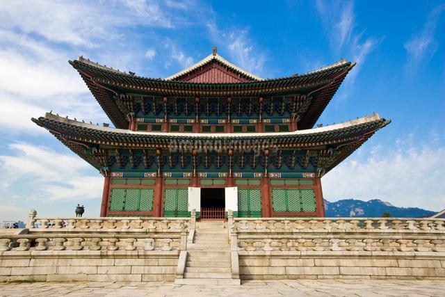 威厳ある景福宮の勤政殿の正殿の眺めの写真素材 [FYI01613857]