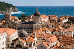 青い海と美しい屋根瓦の旧市街の写真素材 [FYI01613862]