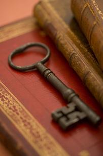 洋書と鍵の写真素材 [FYI01613895]