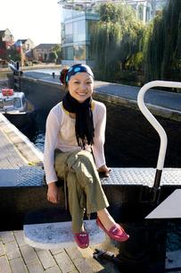 ロンドンの川辺に座る女性の写真素材 [FYI01613908]