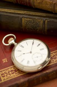 洋書の上の懐中時計の写真素材 [FYI01613912]