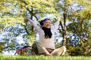 公園でリラックスする女性の写真素材 [FYI01613937]