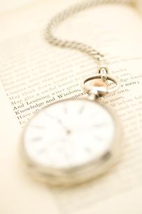 シルバーの懐中時計と本の写真素材 [FYI01613943]