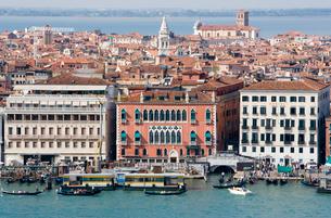 伝統的ヴェネチアを象徴するホテルダニエリと街の写真素材 [FYI01613949]