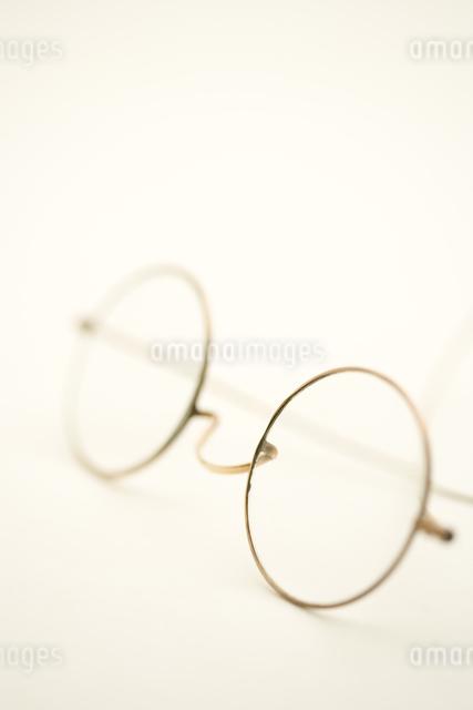 アンティークの丸眼鏡の写真素材 [FYI01613956]