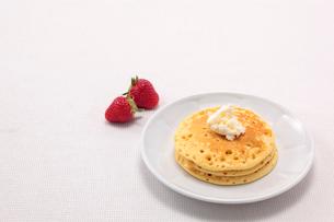 パンケーキとクリームといちごの写真素材 [FYI01613978]