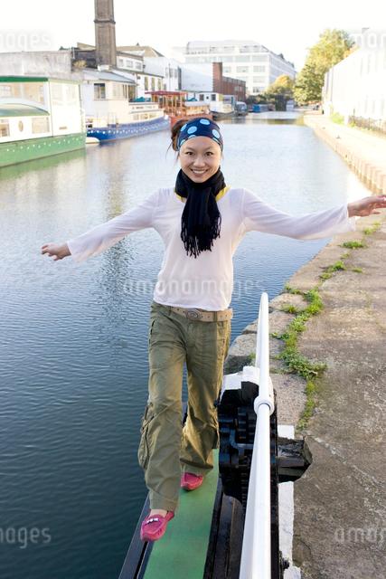 ロンドンの川辺を歩く日本人女性の写真素材 [FYI01613987]