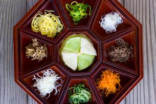 9つの食材のカラフルな伝統的な韓国宮廷料理の写真素材 [FYI01613994]