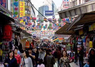 伝統的な大市場の南大門市場の買い物客の写真素材 [FYI01613999]