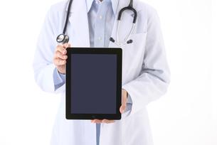 タブレットPCを持つ女医の写真素材 [FYI01614003]
