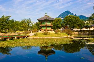 景福宮内のパビリオンの美しい橋と池の写真素材 [FYI01614050]
