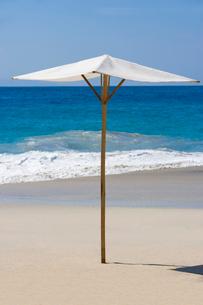 白い砂浜のパラソルの写真素材 [FYI01614060]